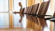 Frau sitzt allein im Büro © picture alliance / Bildagentur-online/Tetra