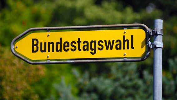 """Auf einem gelben Wegweiser steht """"Bundestagswahl"""". © picture alliance / imageBROKER   Christian Ohde Foto: hristian Ohde"""