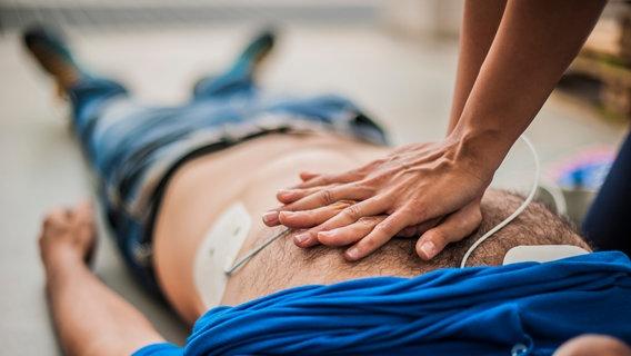 Jemand wird mit einem Defibrillator wiederbelebt. ©  pixelaway / photocase.de Foto:  pixelaway / photocase.de
