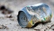 Eine Dose aus Metall liegt im Sand. © photocase.de / derprojektor Foto: photocase.de / derprojektor