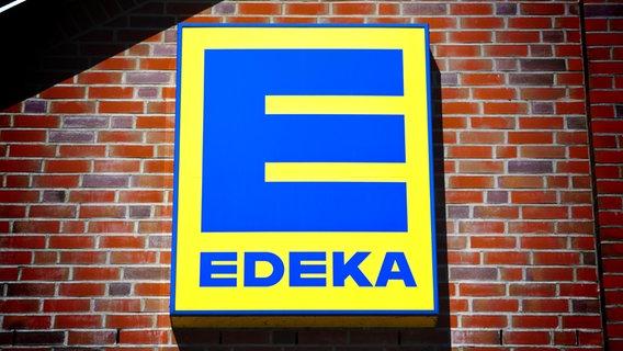 Das Logo von Edeka an einer Hauswand. © picture alliance/chromorange Foto: Christian Ohde