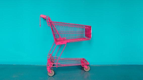 Ein pinker Einkaufswagen vor einer Wand. © nicolasberlin / photocase.de Foto: nicolasberlin / photocase.de