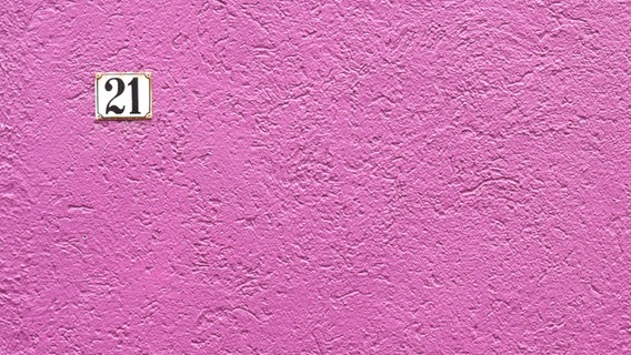 Eine pinke Hauswand mit der Hausnummer 21. © zach / photocase.de Foto: zach / photocase.de