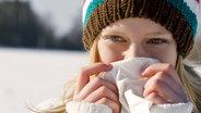 Junges Mädchen benutzt Taschentuch © picture alliance/Beyond
