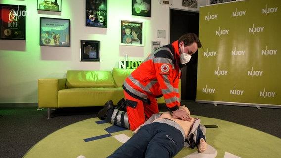 Das Bild zeigt einen Notfallsanitäter bei der Herz-Rhythmus-Massage © N-JOY Foto: N-JOY