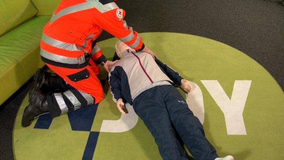 Das Bild zeigt einen Notfallsanitäter mit einer Reanimationspuppe. © N-JOY Foto: N-JOY