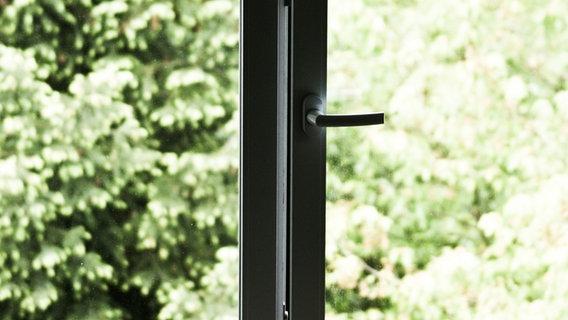 Ein halboffenes Fenster mit Blick ins Grüne. © Susann Städter / photocase.de Foto: Susann Städter / photocase.de