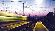 Ein ICE fährt bei Nacht durch einen Bahnhof. © laborant / photocase.de Foto: laborant / photocase.de
