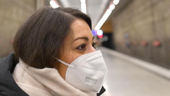 Eine Frau trägt in der Öffentlichkeit eine FFP2-Maske. © picture alliance / Sven Simon Foto: Sven Simon