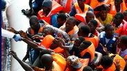 Zu sehen sind Flüchtlinge, die über das Mittelmeer aus ihrem Heimatland nach Europa geflüchtet sind. © picture alliance / dpa Foto: Darrin Zammit Lupi
