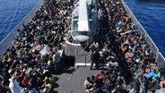 Zu sehen sind Flüchtlinge, die über das Mittelmeer aus ihrem Heimatland nach Europa geflüchtet sind. © picture alliance / ROPI Fotograf: ROPI