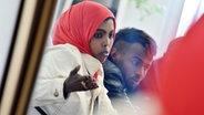 Zu sehen sind Hani Daud und Ahmad Mahmood, die aus Somalia über das Mittelmeer nach Europa geflüchtet sind. © dpa Foto: Uli Deck