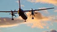 Das Bild zeigt ein Flugzeug nach dem Start. © imago/CHROMORANGE Fotograf: CHROMORANGE