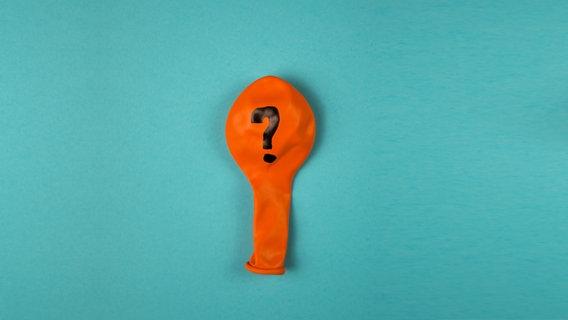 Ein schlaffer Luftballon mit einem Fragezeichen. © David-W- / photocase.de Foto: David-W-