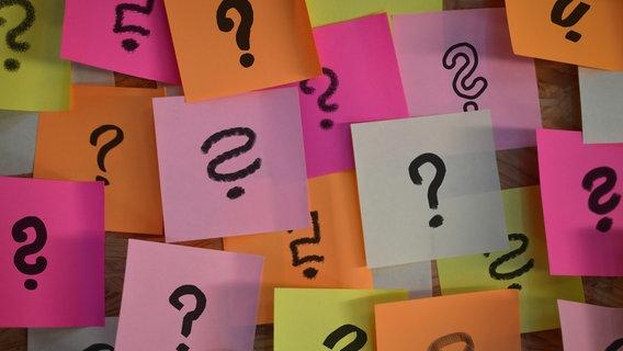 Viele bunte Zettel mit Fragezeichen. © rosabrille / photocase.de Foto: rosabrille / photocase.de