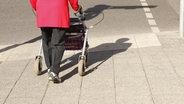 Eine alte Frau mit Rollator vorm Überqueren einer Straße ©  picture alliance / Wolfram Steinberg Fotograf: Wolfram Steinberg