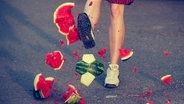 Zu sehen ist eine Wassermelone in der Optik eines Fußballs, die geschossen wird und dabei zerbirst. © photocase / misterQM Foto: misterQM