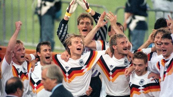 Die deutsche Fußballnationalmannschaft feiert den WM-Titel 1990. © picture alliance / Frank Kleefeldt/dpa Foto: Frank Kleefeldt