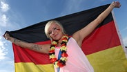 Ein Fußballfan mit Deutschland-Flagge © picture alliance / M.i.S.-Sportpressefoto Fotograf: M.i.S.-Sportpressefoto