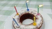 Ein Geburtstagskuchen mit fünf Kerzen. © picture alliance/chromorange Foto: Martina Rädlein