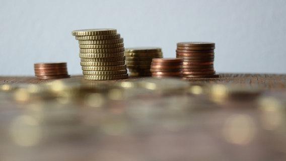 Viele Geldmünzen sind auf mehreren Haufen gestapelt. © Helgi / photocase.de Foto: Helgi / photocase.de
