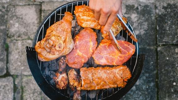 Auf einem Grill wird Fleisch gegrillt. © photocase.de / jingz Foto: photocase.de / jingz