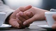 Ein Paar hält sich die Hände © dpa - Bildarchiv