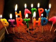 """Eine Geburtstagstorte mit """"Happy Birthday""""-Kerzen © http://creativecommons.org/licenses/by/2.0/ Fotograf: Will Clayton"""