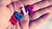 """Eine Hand hält die Buchstaben des Wortes """"Help"""". © ndanko/ photocase.de Foto: ndanko"""