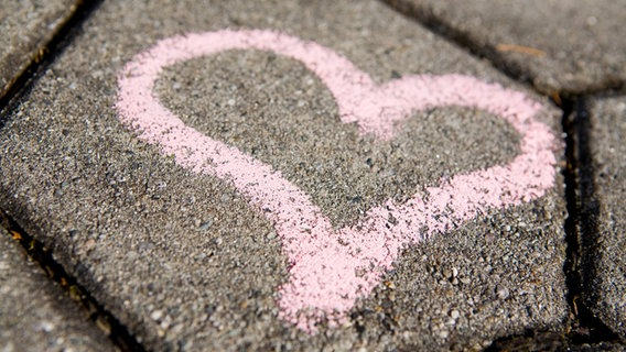 Ein Herz ist mit Kreide auf die Straße gemalt. © imago/blickwinkel Foto: blickwinkel