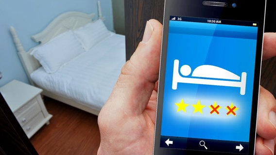Display eines Smartphones mit einer Hotelbewertung (Bildmontage) © Fotolia.com Foto: xy, Scirquedesprit
