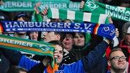 Fans des HSV und von Werder Bremen © imago/Revierfoto