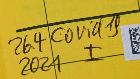 Auf einem gelben Impfausweis ist die Impfung gegen Covid-19 vermerkt. © picture alliance/dpa/dpa-Zentralbild | Patrick Pleul Foto: Patrick Pleul