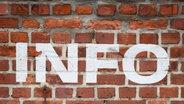 """Auf einer Mauer ist das Wort """"Info"""" geschrieben. © cw-design / photocase.de Foto: cw-design"""