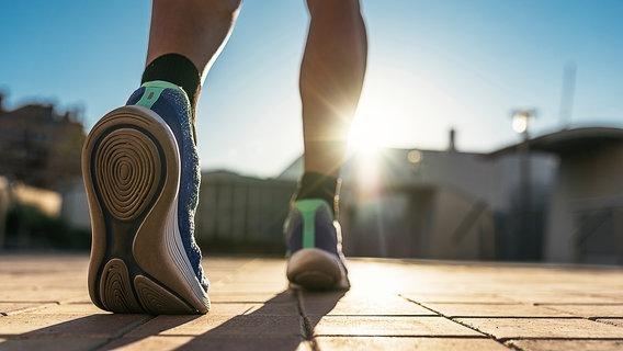 Ein Mann mit Laufschuhen. © Santiago Nunez / photocase.de Foto: Santiago Nunez / photocase.de