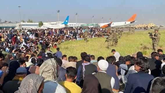 Menschenmengen und Verkehrschaos am Flughafen von Kabul, Afghanistan © picture alliance/dpa/AP Foto: picture alliance/dpa/AP