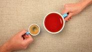 Zwei Hände halten eine kleine Tasse Espresso und eine große Tasse Tee. © BreakingTheWalls / photocase.de Fotograf: BreakingTheWalls
