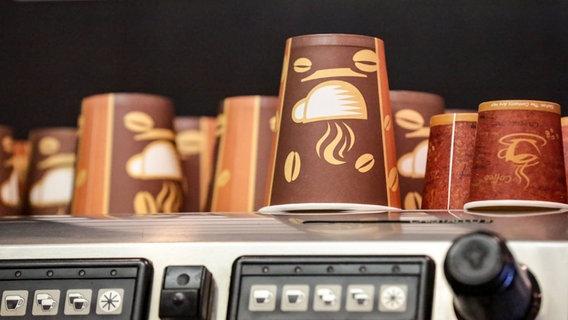 Auf einer Kaffeemaschine stehen mehrere Einwegbecher. © Deutzmann/Eibner-Pressefoto EP_CDN Foto: Deutzmann
