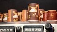 Auf einer Kaffeemaschine stehen mehrere Einwegbecher. © Deutzmann/Eibner-Pressefoto EP_CDN Fotograf: Deutzmann