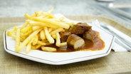 Ein Bild von einer Currywurst mit Pommes auf einem Teller. © Imago Stock & People Fotograf: Imago Stock & People