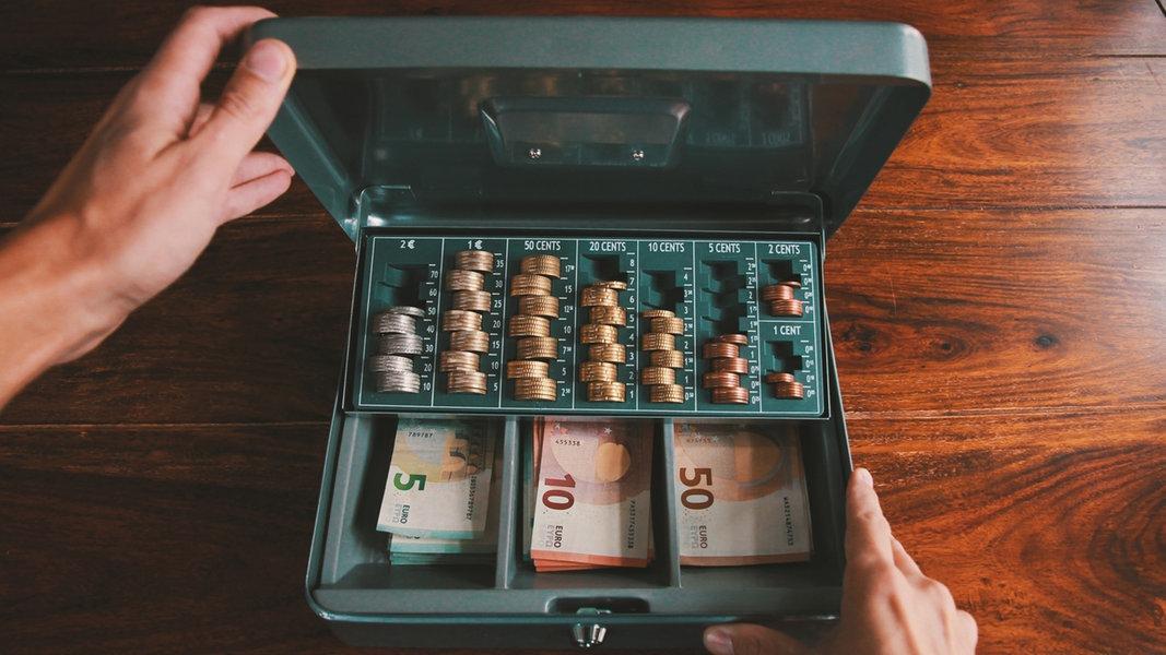 Eine Kasse mit Scheinen und Münzen. © MPower. / photocase.de Foto: MPower.