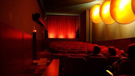 Ein roter Kinosaal. © imago/imagebroker