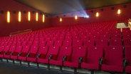 Ein roter Kinosaal. © picture alliance Foto: Klaus Ohlenschlaeger