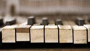 Ein altes Klavier in der Vorderansicht. © imago/Westend61 Foto: Westend61
