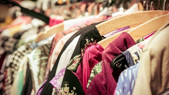 Ein Kleiderschrank hängt voller Kleidung. © Armin Staudt / photocase.de Foto: Armin Staudt / photocase.de