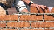 Die Arbeit ausführende Hand eines Maurers. © Bildagentur-online
