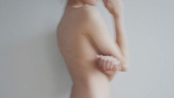 Die Silhouette einer nackten Frau mit verschränkten Armen. © dima_gerasimov / photocase.de Foto: dima_gerasimov / photocase.de
