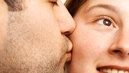 junger Mann küsst junge Frau auf die Wange © picture-alliance/CHROMORANGE Fotograf: Giuseppe Graziano
