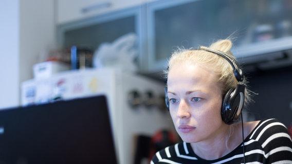 Eine junge Frau sitzt mit Kopfhörern vor einem Laptop. © kastoimages / photocase.de Foto: kastoimages / photocase.de