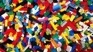 Viele Legosteine liegen auf einem Haufen. © picture alliance/Steffen Trumpf/dpa Foto: Steffen Trumpf
